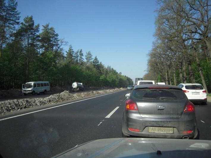 Трасса Киев-Чоп сразу за Киевом на майские 2012-го стоит