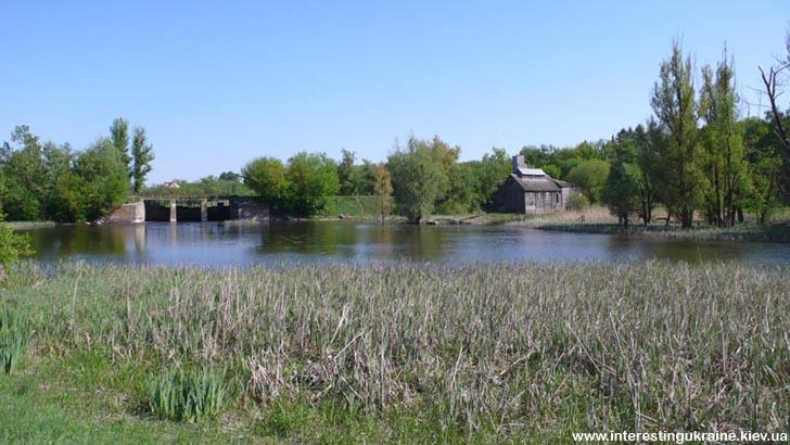 Дамба на реке  - необычное место в с. Лещин