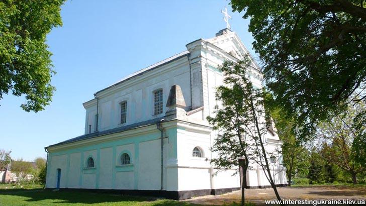 Троицкий костел - достопримечательность с. Лещин Житомирской области