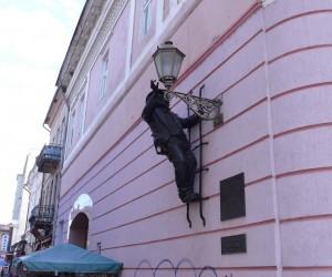 Памятник фонарщику дяде Коле в Ужгороде