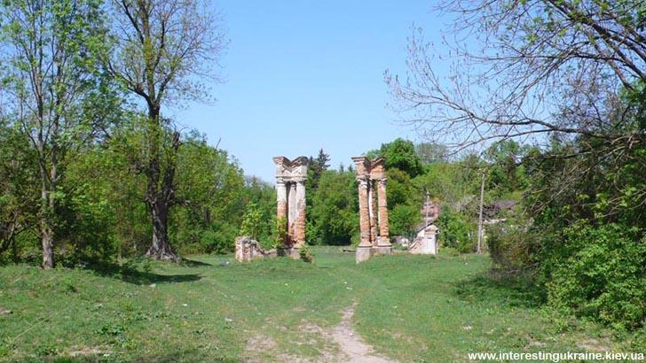 Остатки парадных ворот усадьбы баронов Шедуаров - достопримечательность в Ивнице