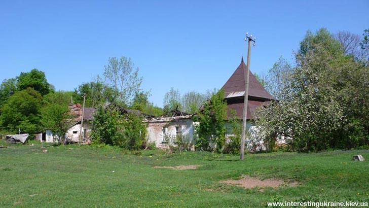Развалины хозяйственной постройки бывшего имения баронов Шодуаров в Ивнице