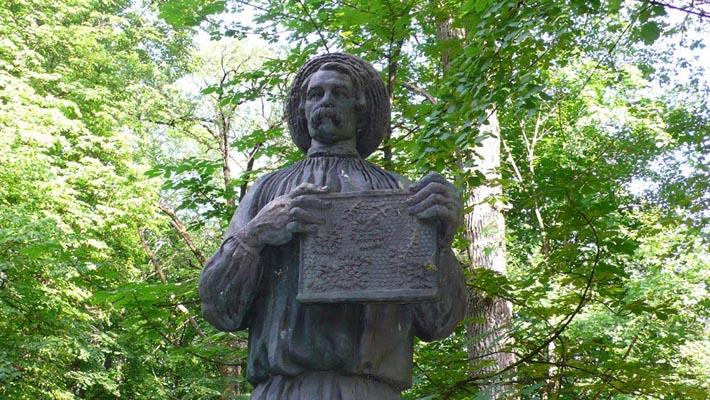 Памятник пчеловоду Петру Прокоповичу в Батурине