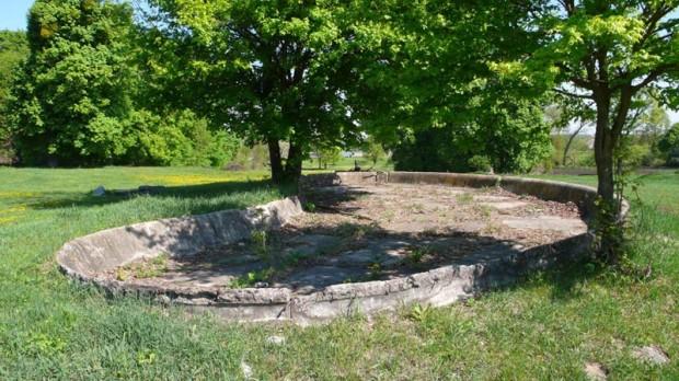 Бассейн - один из артефактов бывшей помешичьей усадьбы в Ходоркове