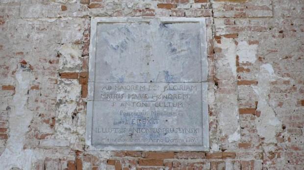 Табличка в память об основателе костёла над входной дверью