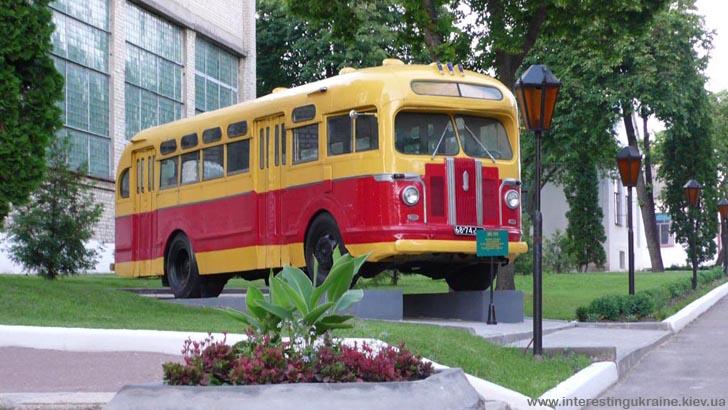 Старинный автобус - достопримечательность Глухова