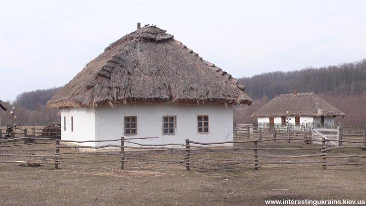 Хаты-мазанки под крышей, в которых жили казаки. Казацкий хутор в с. Стецовка
