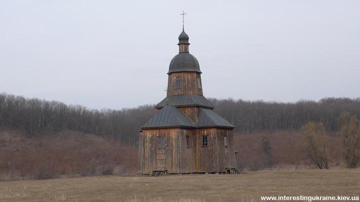 Традиционная деревянная казацкая церковь. Казацкий хутор на окраине с. Стецовка