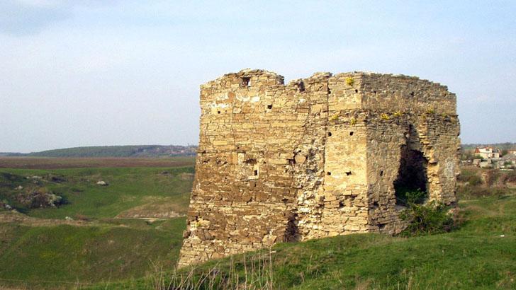 Достопримечательность с. Жванец - руины крепости