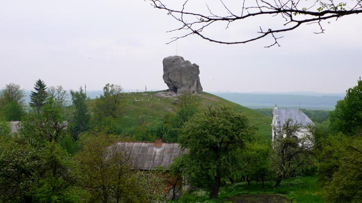 Огромный камень - достопримечательность с. Подкамень