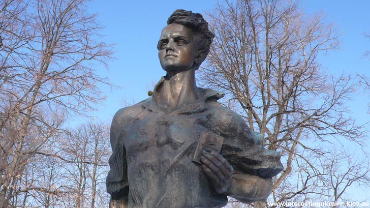 Памятник Олегу Кошевому в Прилуках