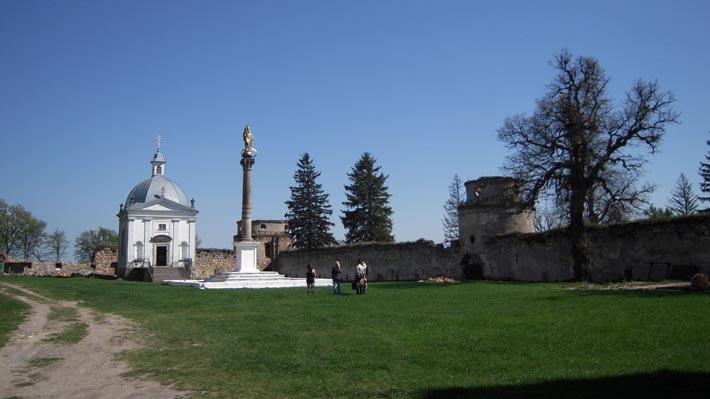 Часовня и коринфская колонна монастыря в с. Подкамень
