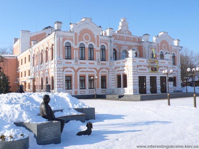 Городской театр и памятник Николаю Яковченко - народному артисту Украины