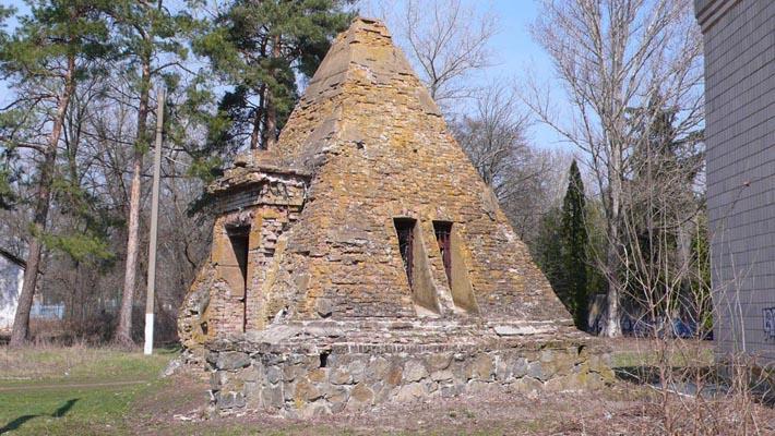 Часовня в виде египетской пирамиды над семейным склепом-усыпальницей Закревских