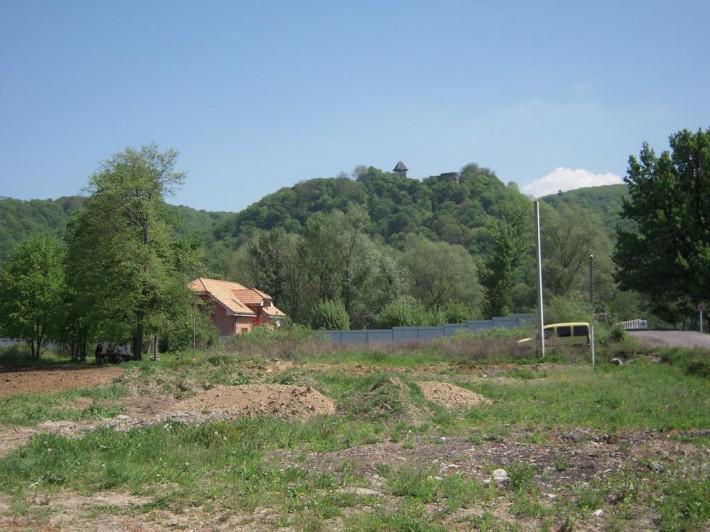 Невицкий замок на вершине горы. Вид от села Каменица