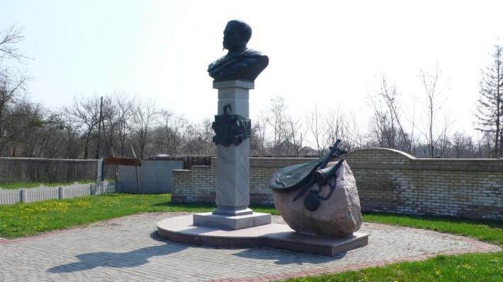 Памятник Д. Апостолу - гетману левобережной Украины