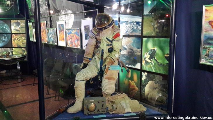 В музее космонавтики - скафандр
