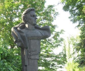 Памятник поэту во дворе усадьбы в с. Пески