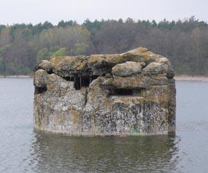 ДОТ в озере - достопримечательность Ходосовки