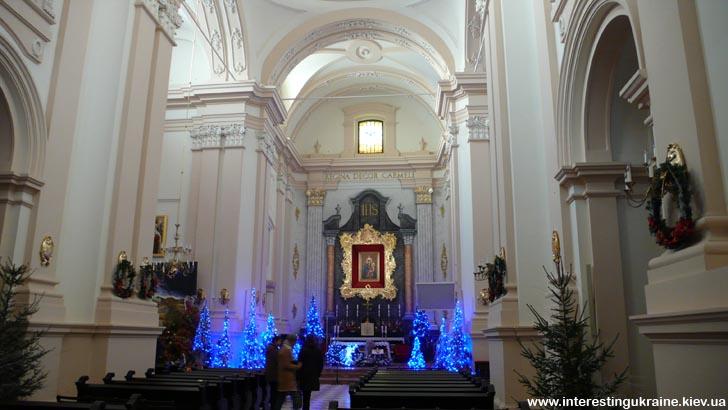 Внутри кафедрального Мариинского костела