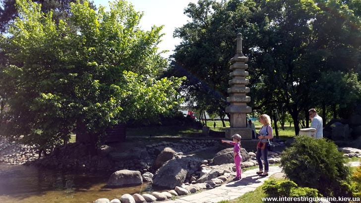 Сад камней в парке Киото, г. Киев
