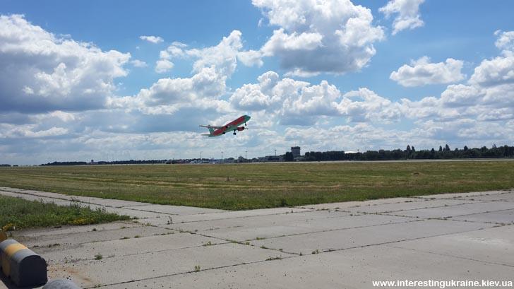 Взлёт самолёта в аэропорту Борисполь