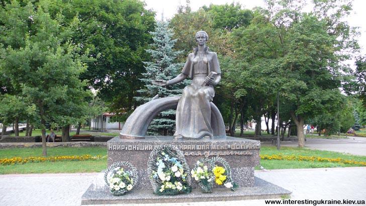 Памятник Лесе Украинке в Ковеле