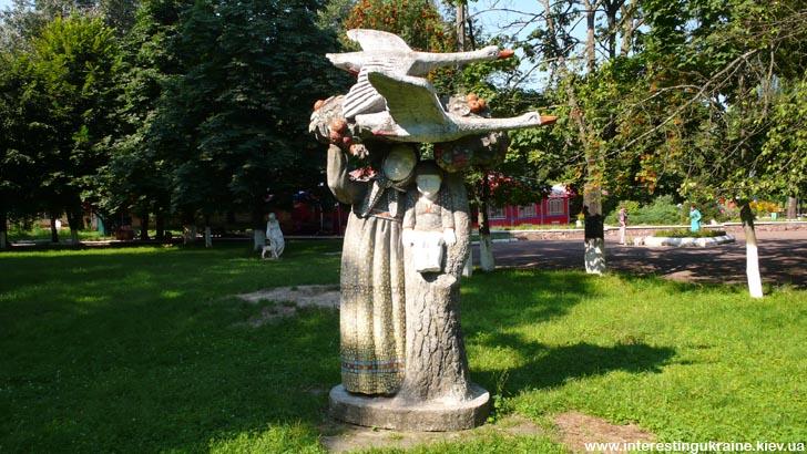 Скульптура в центральном парке Овруча