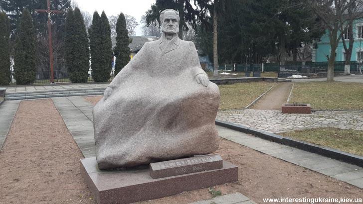 Памятник Густаву Олизару - достопримечательность Коростышева