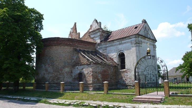 Достопримечательность Лукова Волынской области - полуразрушенный костел