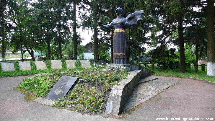 Мемориал перед Музеем Партизанской Славы в с. Словечно