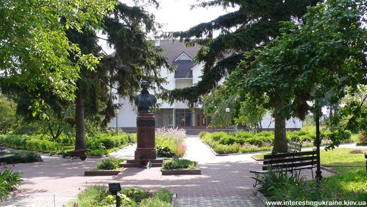 Музей и памятник Лесе Украинки в Колодяжном