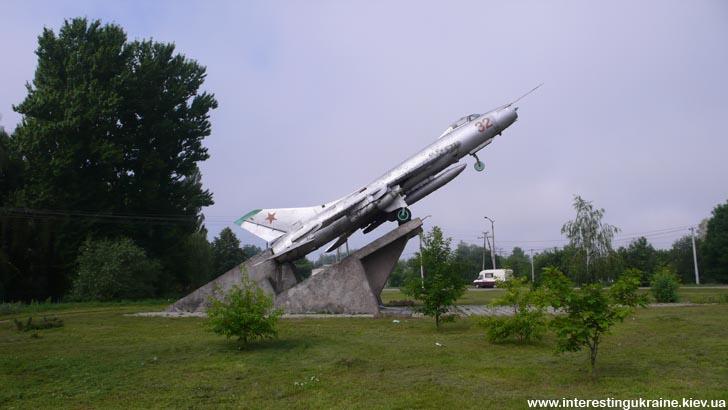 Самолёт Су-7 - достопримечательность г. Овруч Житомирской области