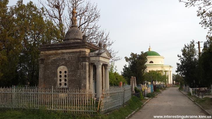Усыпальница Караманевых и мавзолей Инзова - достопримечательности Болграда