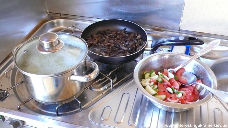 Салат нарезан, картошка варится, грибы тушатся