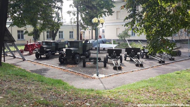 Площадка раритетной техники у ровенского краеведческого музея