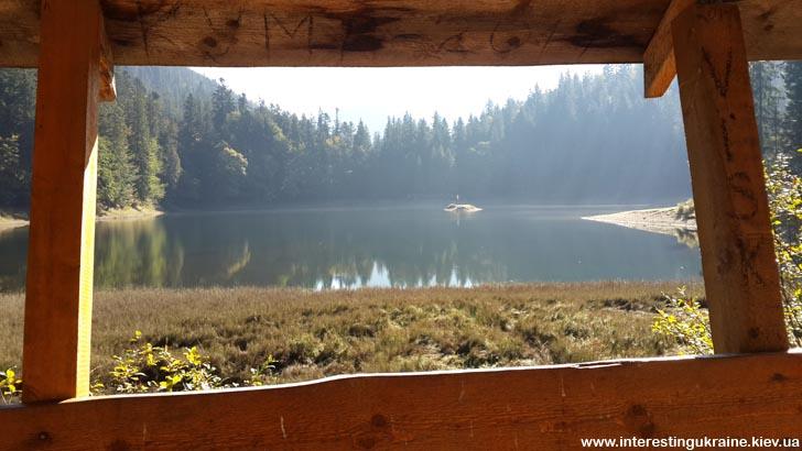 Вид на озеро из беседки