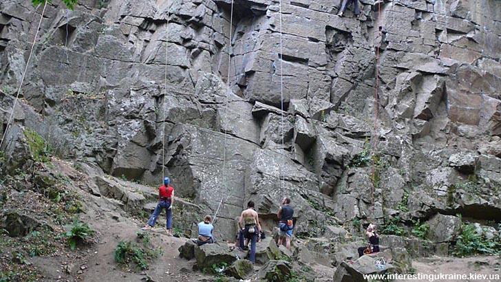 Живописные скалы - достопримечательность с. Днениши