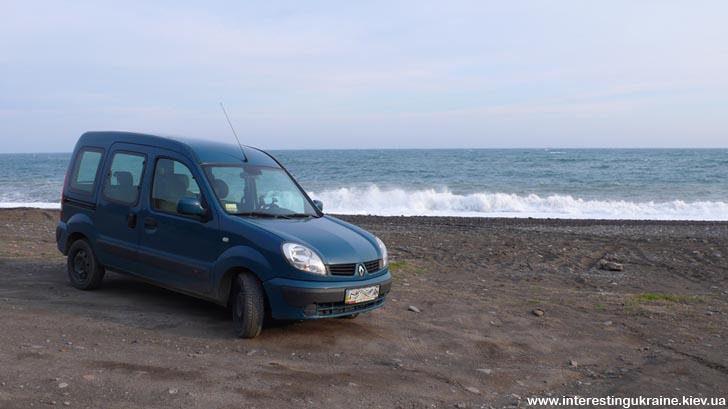Машина на пляже в Крыму