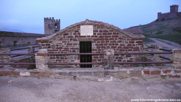 Судакская крепость в сумерках