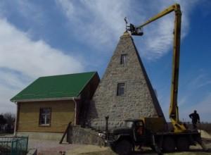 Действующая церковь в пирамиде - достопримечательность Комендантовки
