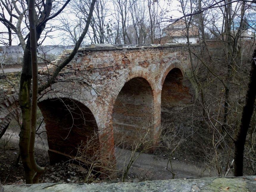 Готический мостик у замка  - достопримечательность Клеваня