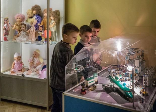 Дети рассматривают экспонаты в Государственном музее игрушки, г. Киев