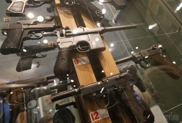 Образцы огнестрельного оружия, представленные на выставке музея МВД Украины г. Киев