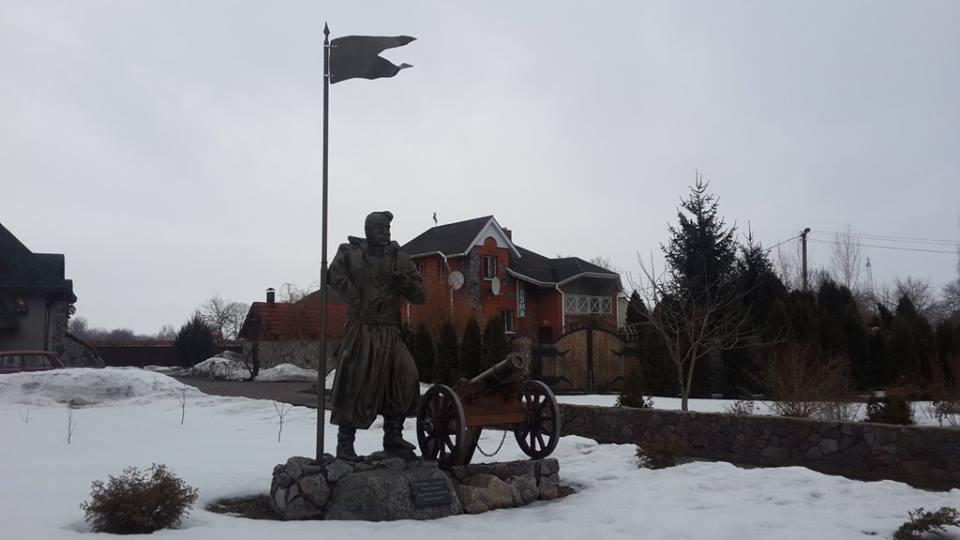 Новоаврамовка. Памятник казаку